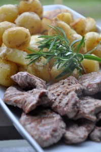 Grillattua vasikkaa ja perunoita