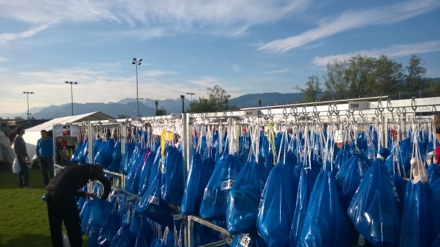 Vaihtoalueella on pari tuhatta kassia. Kassissa on aina seuraavan etapin tavarat. Sinisissä on uinti - pyörä -vaihdon tavarat.