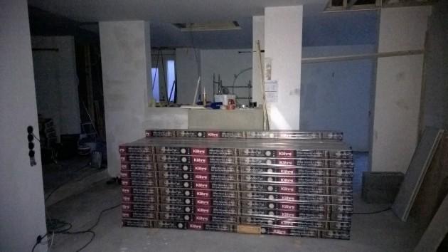 Pieni kasa parketti odottaa asennusta marraskuun puolivälissä. Ajattelimme kunnostaa yläkerran ja TV-huoneen parketin, mutta se olikin osittain irti ja piti purkaa. Tämä tiesi yksistään noin 10 000 euron lisäkulun.
