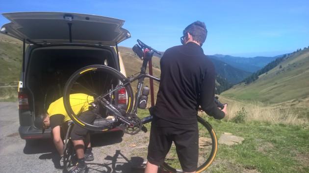 Ollin pyörä pääsi jälleen Mavicin poikien hoitoon.